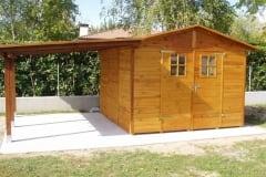 Casetta in legno con tettoia
