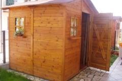 Casetta a porta singola realizzata con pannelli di pino