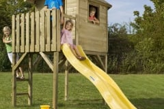 Casette per bambini in legno su palafitta con scivolo
