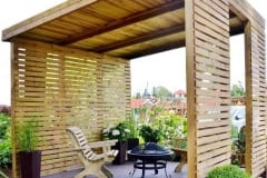 Gazebo in chiave moderna con tamponamenti frangisole e tetto in legno