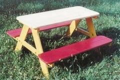 Tavolo picnic con panche in legno per bambini