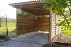 Tettoia in legno con pannelli laterali
