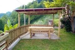 Pergola composta da colonne in legno massello